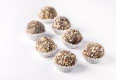 Trufas de chocolate decoradas com as porcas no grupo caseiro saboroso bonito dos doces do fundo branco de doces imagens de stock