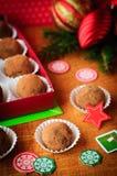 Trufas de chocolate do Natal em uma caixa de presente, decoração do Natal Imagem de Stock
