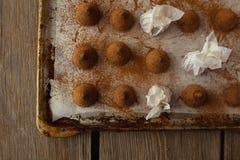Trufas de chocolate em cozinhar a opinião superior da bandeja Foto de Stock Royalty Free