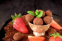 Trufas de chocolate em um copo marrom fotos de stock