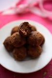 Trufas de chocolate en placa Imagen de archivo libre de regalías