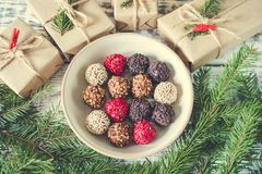Trufas de chocolate hechas en casa en un fondo de la Navidad Fotografía de archivo
