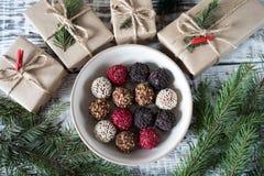 Trufas de chocolate hechas en casa en un fondo de la Navidad Fotografía de archivo libre de regalías
