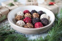 Trufas de chocolate hechas en casa en un fondo de la Navidad Imagen de archivo