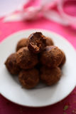 Trufas de chocolate na placa Imagem de Stock Royalty Free