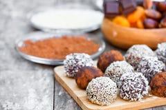 Trufas de chocolate oscuras clasificadas con las semillas de sésamo del polvo de cacao Imágenes de archivo libres de regalías