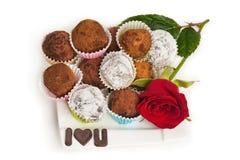 Trufas de la tarjeta del día de San Valentín imagen de archivo libre de regalías