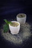 Trufas de lujo hechas a mano del caramelo con matcha en un fondo negro Fotos de archivo
