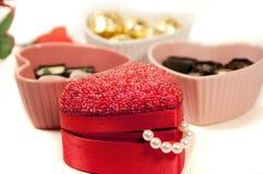 Trufas del regalo y del chocalate de la tarjeta del día de San Valentín Imagenes de archivo
