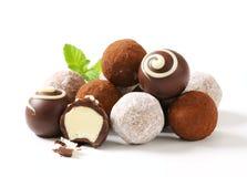 Trufas e confeitos de chocolate imagem de stock royalty free