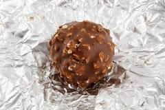 Truffe de chocolat sur l'emballage argenté Photographie stock libre de droits