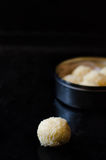 Truffes blanches de chocolat et de noix de coco Photo stock