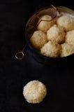 Truffes blanches de chocolat et de noix de coco Images stock