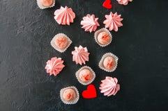 Truffes blanches de chocolat et de fraise et baisers de meringue roses Photos libres de droits