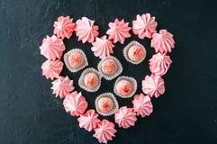 Truffes blanches de chocolat et de fraise et baisers de meringue roses Image libre de droits