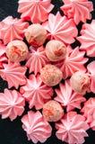 Truffes blanches de chocolat et de fraise et baisers de meringue roses Photographie stock libre de droits