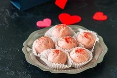 Truffes blanches de chocolat et de fraise sur le backgroun en pierre noir Photo libre de droits