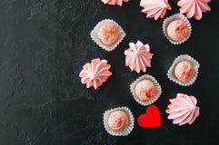 Truffes blanches de fraise de chocolat et baisers de meringue roses dessus Photos libres de droits