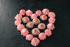Truffes blanches de fraise de chocolat et baisers de meringue roses dessus Photographie stock libre de droits