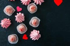 Truffes blanches de fraise de chocolat et baisers de meringue roses dessus Images libres de droits
