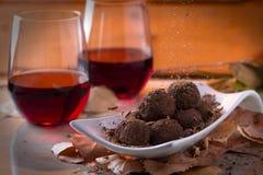 Truffes de chocolat avec le vin rouge Photos stock