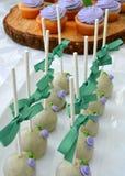 Truffes de chocolat blanches - avec des petits pains de myrtille Image stock