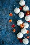 Truffes de chocolat blanches couvertes de copeaux de noix de coco Images stock
