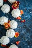 Truffes de chocolat blanches couvertes de copeaux de noix de coco Photos libres de droits