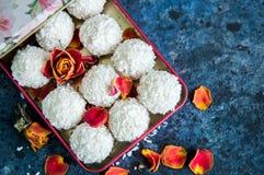 Truffes de chocolat blanches couvertes de copeaux de noix de coco Photographie stock libre de droits