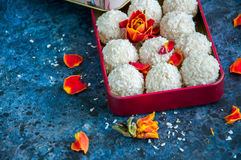Truffes de chocolat blanches couvertes de copeaux de noix de coco Photo libre de droits