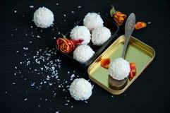 Truffes de chocolat blanches couvertes de copeaux de noix de coco Images libres de droits