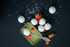 Truffes de chocolat blanches couvertes de copeaux de noix de coco Image stock