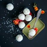 Truffes de chocolat blanches couvertes de copeaux de noix de coco Photo stock