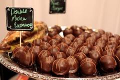 Truffes de chocolat d'expresso de moka d'un plat argenté photos stock