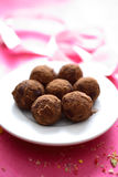 Truffes de chocolat dans la plaque Photographie stock