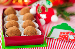 Truffes de chocolat de Noël dans un boîte-cadeau Image stock