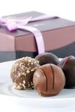 Truffes de chocolat et cadre de cadeau image stock