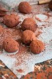 Truffes de chocolat foncées couvertes de poudre de cacao Images stock