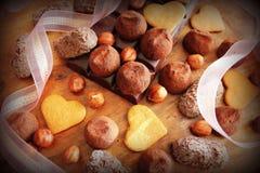 Truffes et biscuits de chocolat gastronomes pour le jour du ` s de Valentine Bonbons au chocolat servis avec le ruban décoratif Image stock