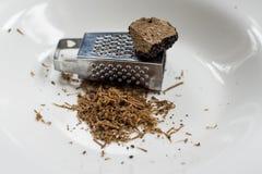 Truffes noires du plat blanc avec la mini râpe Photos stock