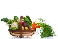 Trug in pieno delle verdure organiche isolate su bianco Fotografia Stock Libera da Diritti