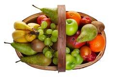 Trug in pieno di frutta fresca isolata su bianco Fotografie Stock Libere da Diritti