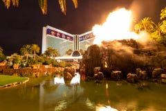 Trugbild-Hotel-Kasino und Volcano Eruption Show nachts - Las Vegas, Nevada, USA stockfotografie