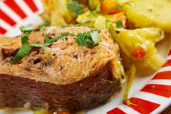 Truite cuite au four avec des pommes de terre Photos stock
