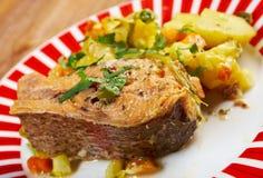 Truite cuite au four avec des pommes de terre Photo libre de droits