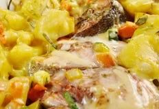 Truite cuite au four avec des pommes de terre Image libre de droits