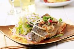 truite et salade verte Carter-rôties Photo libre de droits
