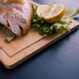 Truite fraîche et ingrédients pour préparer des plats de poisson sur la table noire Images stock