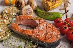 Truite saumonée grillée par bifteck avec des légumes Images stock