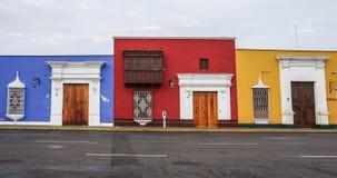 Trujillo, Перу - 11-ое января 2014: Красочные колониальные дома внутри Стоковые Изображения